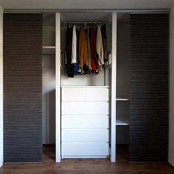 Využití japonské posuvné stěny pro zakrytí skříně