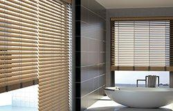 Dřevěné žaluzie povrchově upravené pro koupelny a jiná vlhká prostředí