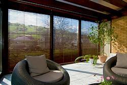 Rozměrná bambusová žaluzie na okně