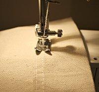 Detail šití závěsů šicím strojem