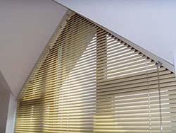 Horizontální žaluzie v atypickém trojúhelníkovém okně