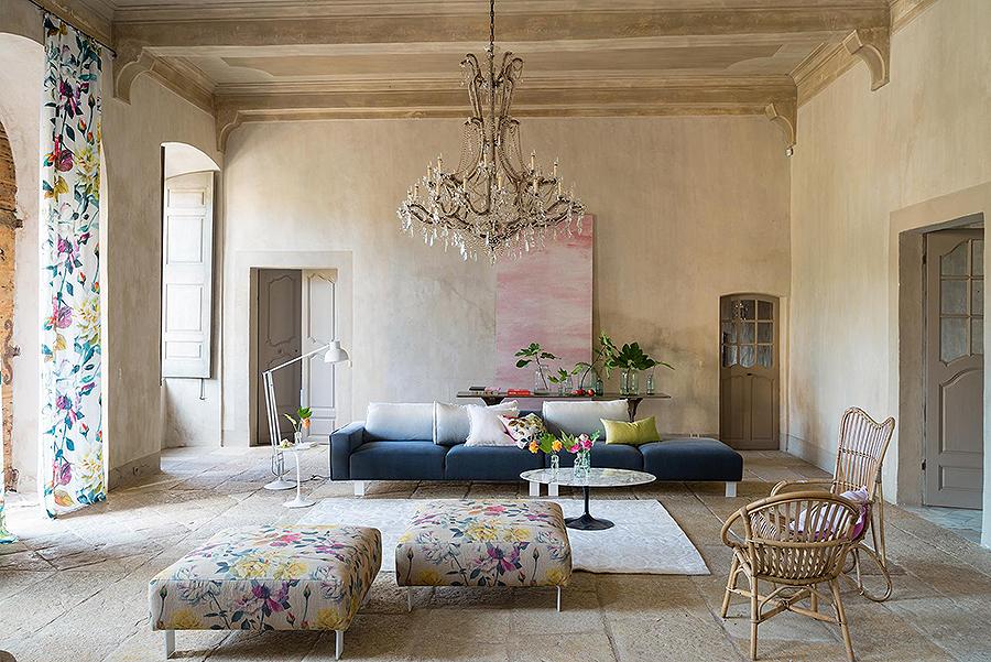 Lněný závěs s květinovým potiskem rozzáří interiér.